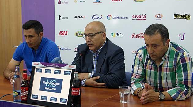 Manolo Herrero, junto al presidente y el director deportivo en su despedida / Web del Real Jáen