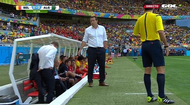 El cuarto árbitro obligó a Wilmots a ponerse una chaqueta ...