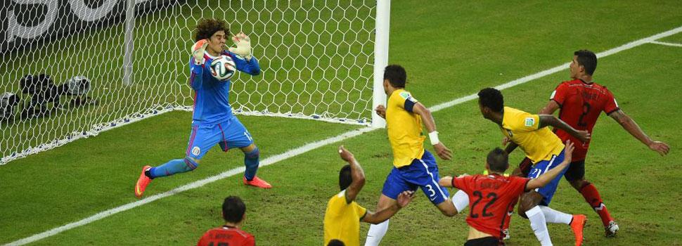 El portero de seis dedos detiene a Brasil