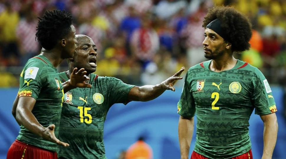 Dos jugadores de Camerún se pelean en pleno partido