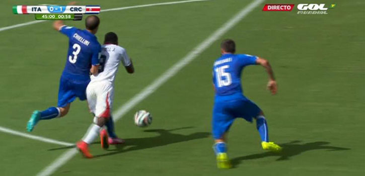 Costa Rica reclamó este penalti de Chiellini