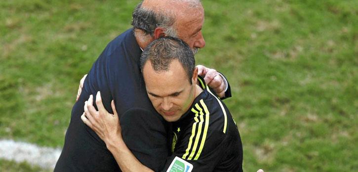 """El abrazo de """"respeto"""" de Iniesta a Del Bosque"""