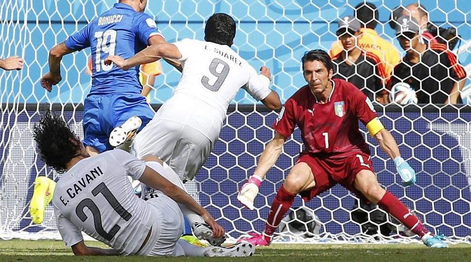 Buffón realizó una de las paradas del Mundial ante Luis Suárez