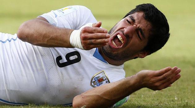 Suárez niega ante la FIFA intentar morder a Chiellini