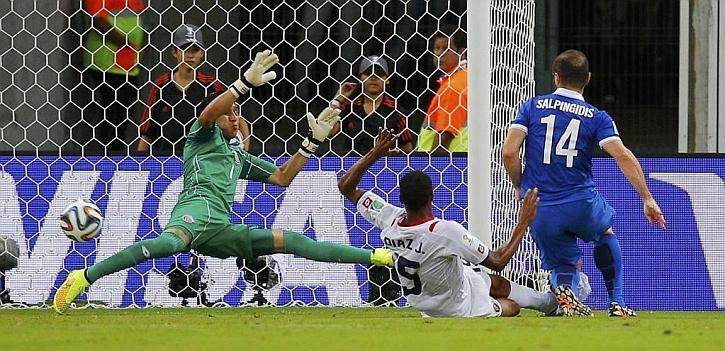 Keylor reeditó por dos veces la parada de Casillas a Robben