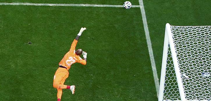 M'Bolhi hace una de las paradas del Mundial
