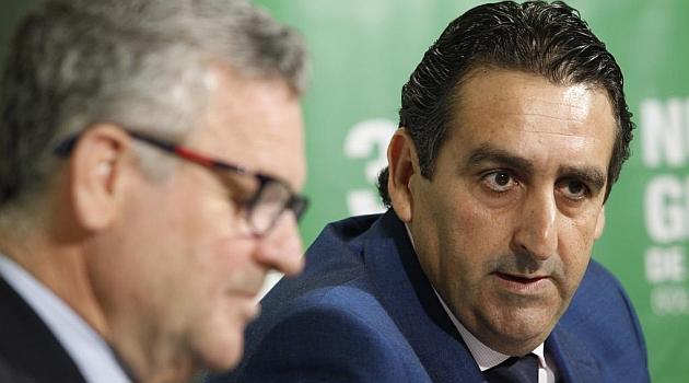 Buenaventura, acompañado de Domínguez Platas en su presentación. RAMÓN NAVARRO