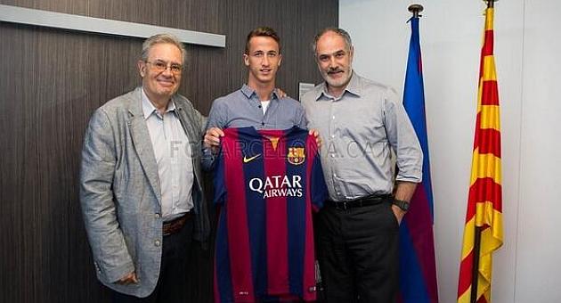 Juan Cámara en la firma del contrato / F.C Barcelona
