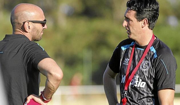 Monchi y Emery charlan en la primera sesión de trabajo en Costa Ballena. PACO MARTÍN