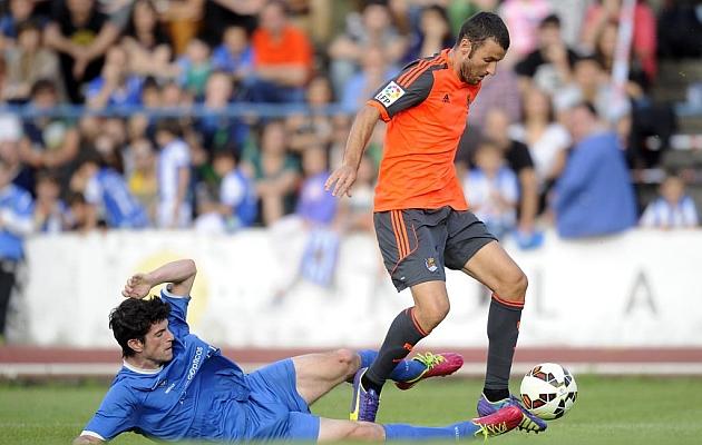 Agirretxe se va de un rival durante el partido
