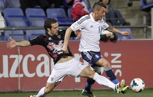 Jonathan Valle (derecha) pelea por el balón en un encuentro con el Recreativo de Huelva