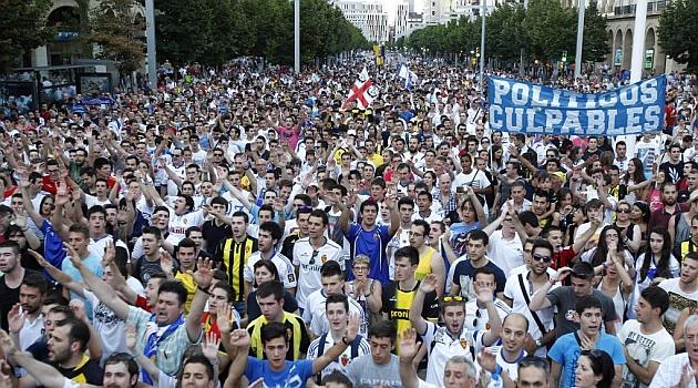 Varios miles de aficionados se manifestaron pacíficamente durante dos horas por las calles de Zaragoza pidiendo las salidas de Agapito y los actuales propietarios / Toni Galán (Marca)