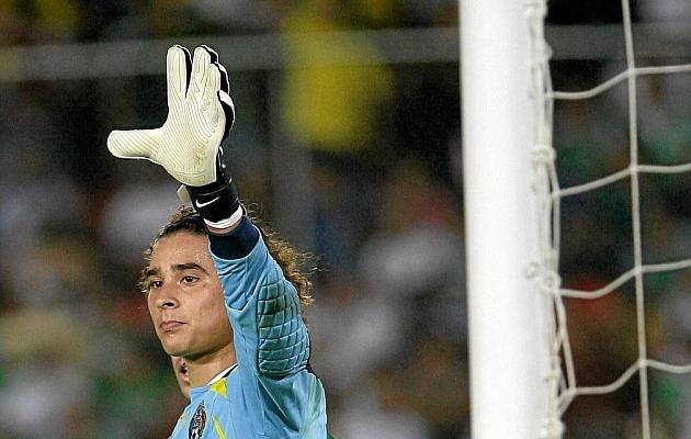 Ochoa (29), levanta la mano en un partido del Mundial 2014.