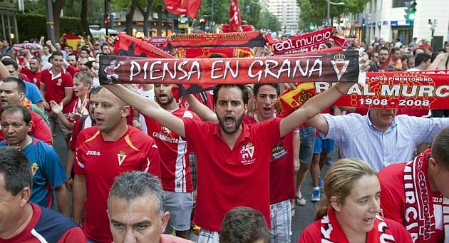 Concentración en Murcia de aficionados en apoyo al club para que compita en la Liga Adelante