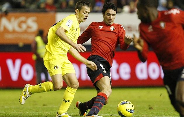 Javad Nekounam conduce el balón en un Osasuna-Villarreal