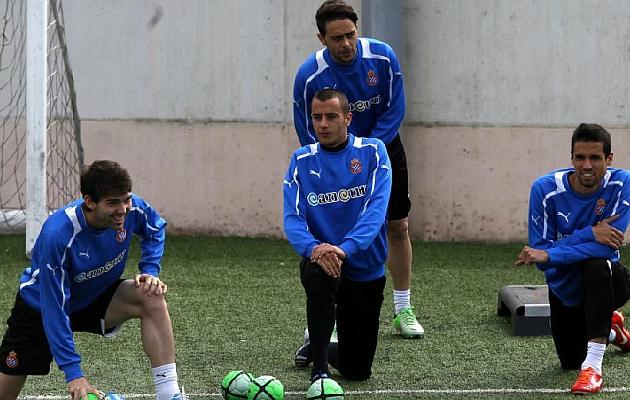 Tejera, centro, durante un entrenamiento con el Espanyol