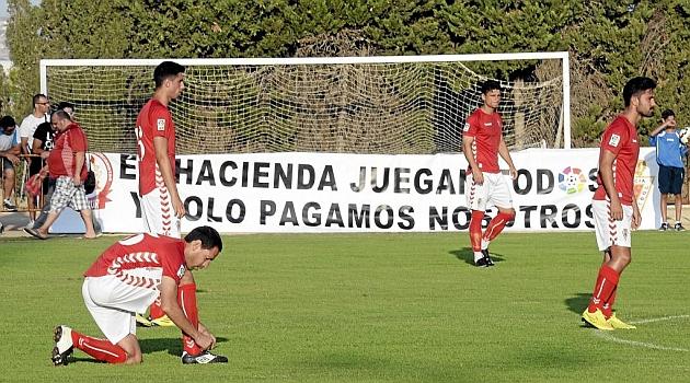 Acciari se ata las botas antes de comenzar el partido ante el Hércules / Juanchi López (Marca)