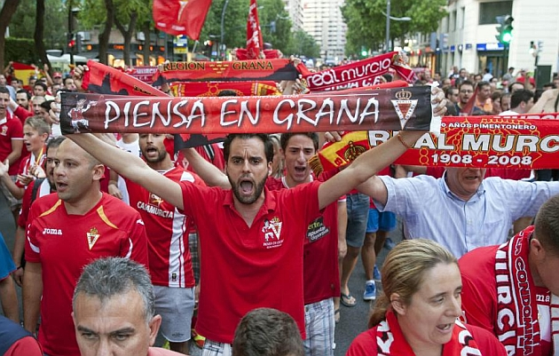 La afición del Real Murcia en una concentración por la permanencia en la Liga Adelante