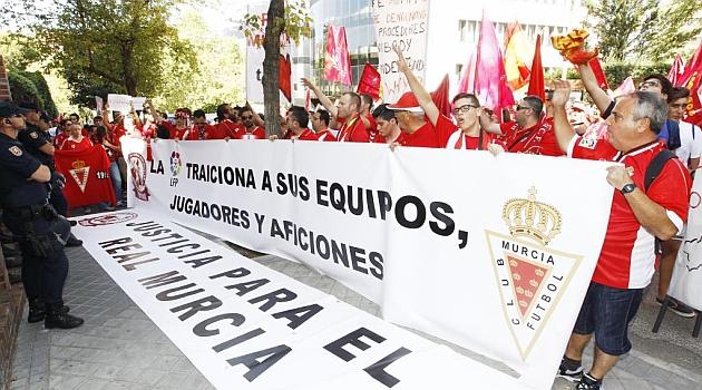 Aficionados del Murcia en las puertas de la sede de la LFP en Madrid / Angel Rivero (Marca)