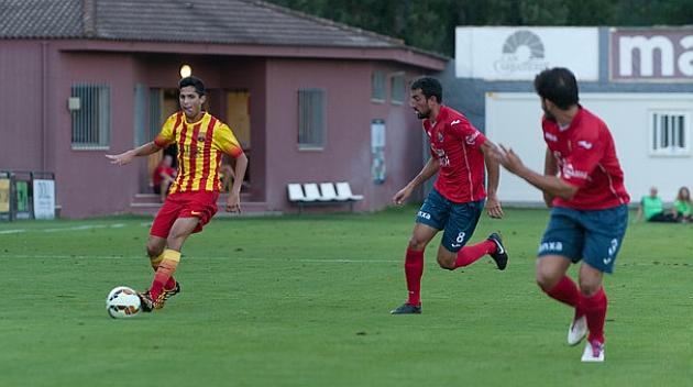 Javier Fernández conduce el balón en el partido en Olot / Web del FC Barcelona