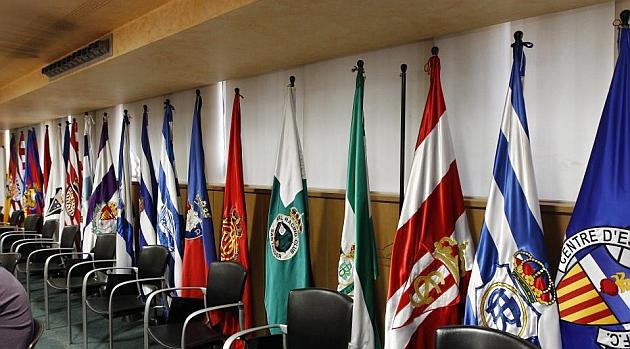Las banderas de los equipos de Segunda división en la sede de la LFP, el pasado jueves, salvo la del Real Murcia, cuyo mástil está vacío entre la del Betis y el Sporting / Angel Rivero (Marca)