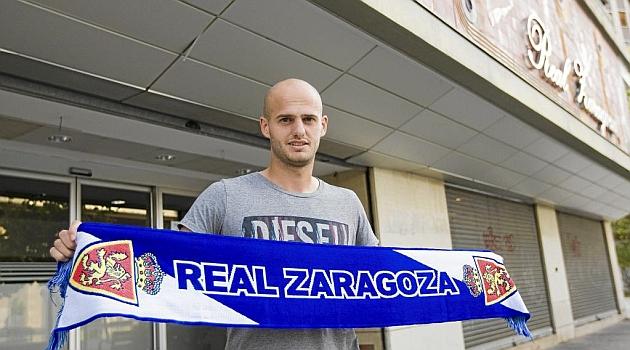 Vullnet Basha ya luce los colores de su nuevo equipo, el Zaragoza / Toni Galán (Marca)