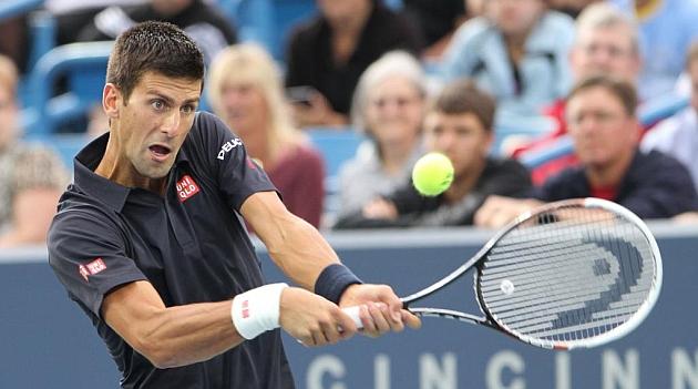 Djokovic sufre para ganar a Simon y Tsonga cae en primera ronda