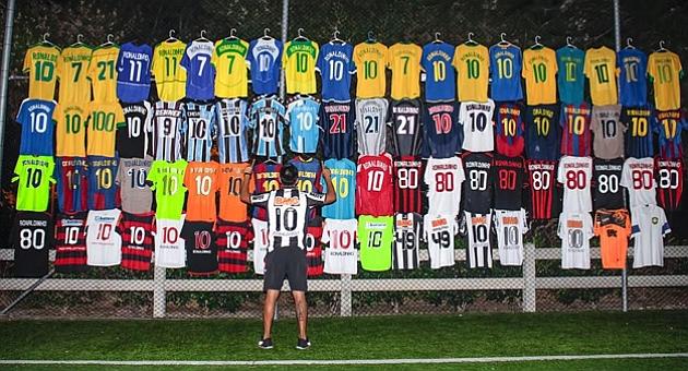 Ronaldinho vibra con su colección de camisetas