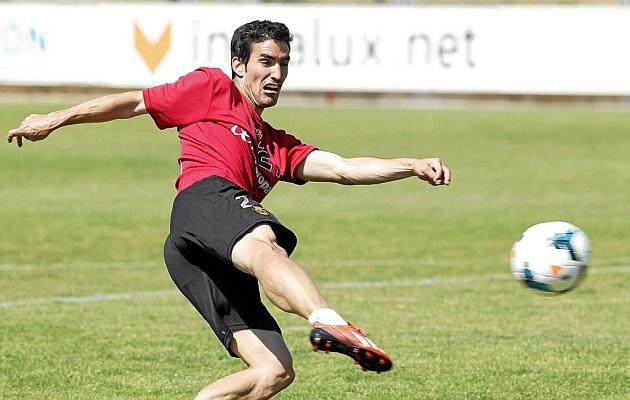 Alejandro Alfaro remata de volea en un entrenamiento con el Mallorca.
