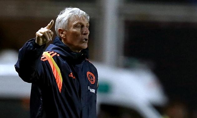 Pekerman dando instrucciones durante un partido contra Senegal / REUTERS