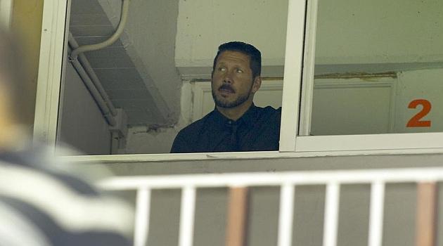 Simeone sigue el partido desde una cabina de prensa