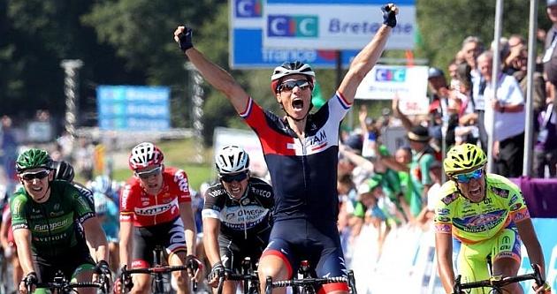 Sylvain Chavanel celebrando su triunfo en meta. FOTO: @SportNewsMichy