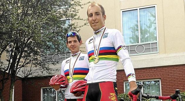 Carlos González y Noel Martín posan con su medalla de oro y su maillot arcoiris de campeones del Mundo