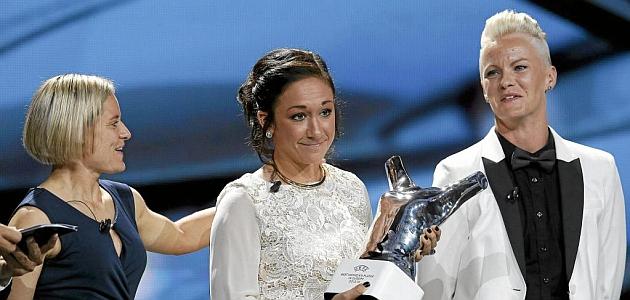 Nadine Kessler recibe el premio que le otorga como mejor jugadora de Europa / RTRPIX