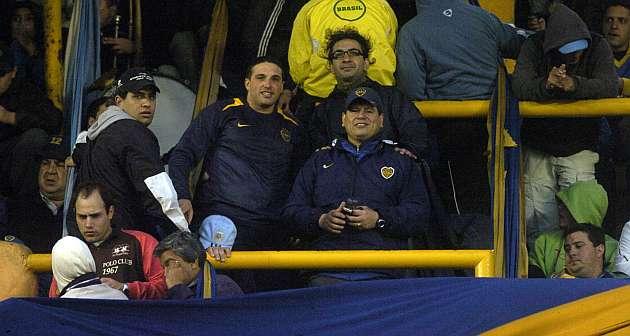 Fabián, en el centro de la imagen (con gafas), junto a los jefes de 'La 12'. Gustavo Ortiz.