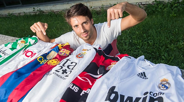 Seguro, jugador del Izarra, posa para MARCA con las camisetas que le cambiaron Gago y Piqué, al margen de otras suyas / Daniel Fernández (Marca)