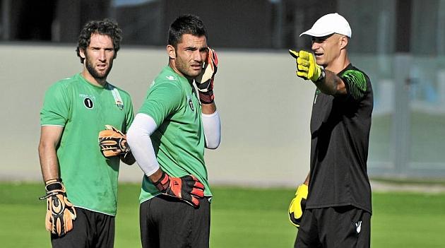 Burgos da indicaciones a Adán y Giménez en un entrenamiento. K.HURTADO