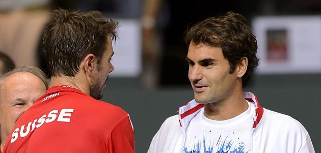 Wawrinka y Federer se saludan tras el segundo partido / AFP