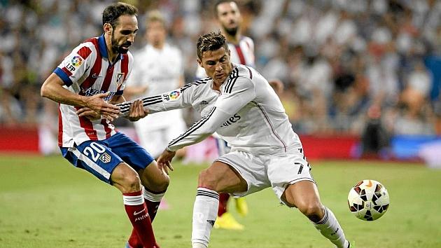 Cristiano protege el balon ante Juanfran. Foto: AFP