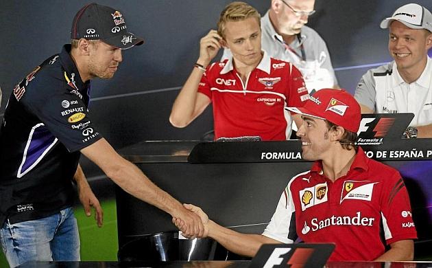 Vettel y Alonso se saludan en una rueda de prensa / REUTERS