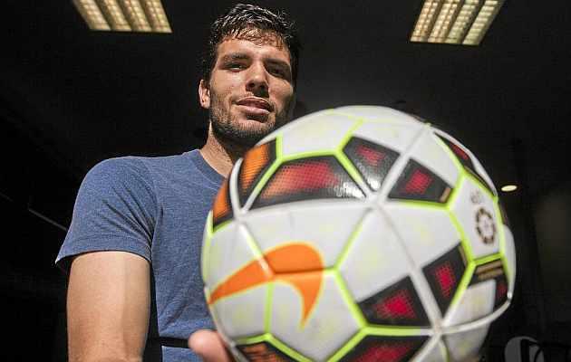 Leandro Cabrera posa para MARCA con un balón en las manos. / Toni Galán