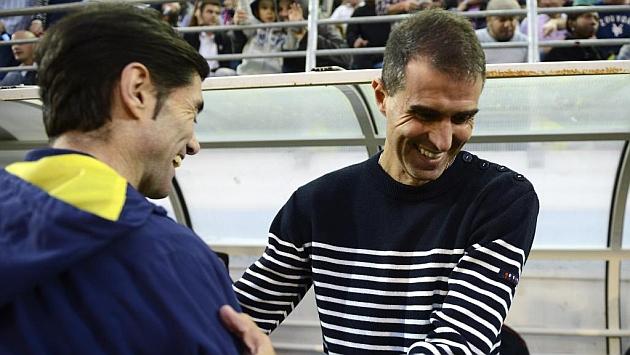 Garitano y Marcelino se saludan antes del partido Eibar-Villarreal. Foto: Josune Mtez. de Albéniz
