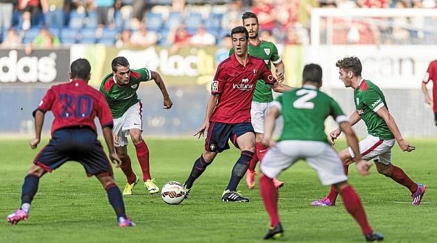 Merino, rodeado de rivales en el amistoso ante el Athletic de agosto / Daniel Fernández (Marca)