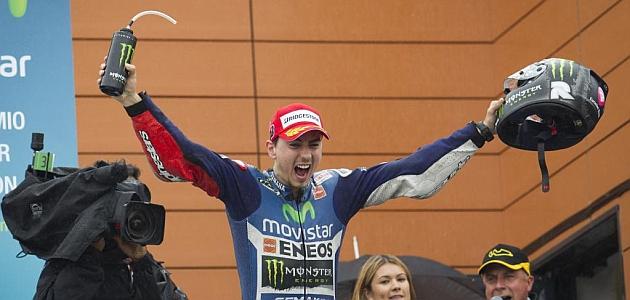 Lorenzo gana al caerse Márquez y Pedrosa