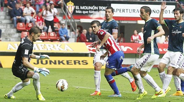 Carlos Castro remata ante Javi Varas en el partido de su debut / Tuero - Arias (Marca)