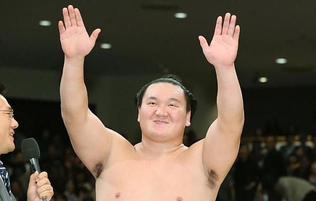 Hakuho celebra su triunfo. / AFP