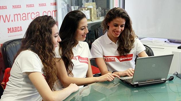 Lourdes Mohedano, a la derecha, responde a los lectores en una visita a MARCA. ALVARO IZQUIERDO
