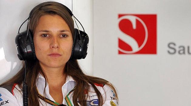 De Silvestro, pensativa en el box de Sauber durante un GP / MARCA