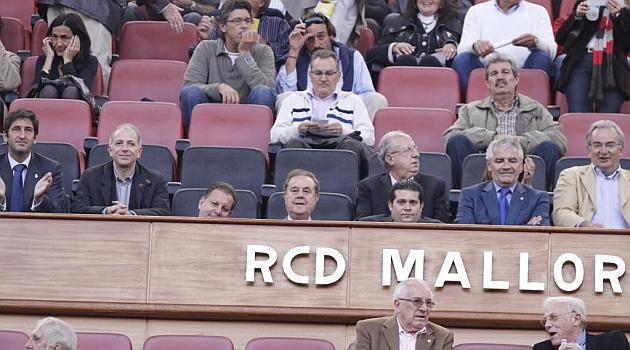 Javier Martí Asensio, justo sobre la M de Mallorca, en el palco del Iberostar / Foto Marca
