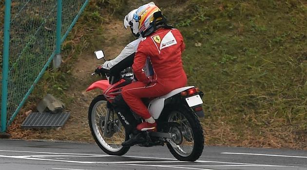 Alonso es devuelto a su box tras abandonar en Suzuka / RV RACING PRESS